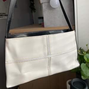 Liten vintage handväska köpt på humana. Några småskråmor men inte något jättesynligt 😊 hör av dig för nått eller frågor!