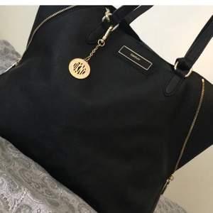 Jag säljer den här knappt använda DKNY handväskan som är i perfekt skickt. Deras handväskor brukar kosta runt 3500kr men jag säljer min som e knappt använd för 1000kr. Inga defekter. Det medföljer 2 fina necessärer!