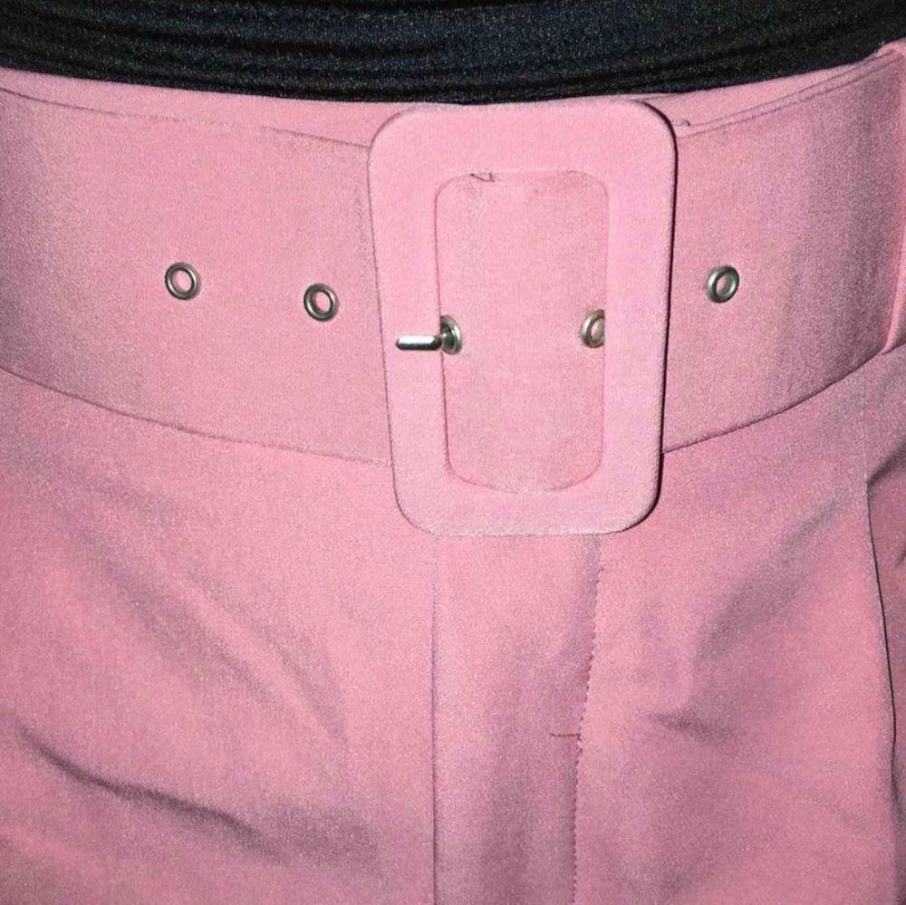 svinhäftiga rosa kostymbyxor från zara, säljer för 120kr inklusive frakt💕. Jeans & Byxor.