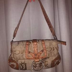 En super söt och trendig baguette väska i väldigt bra skick! Köpt på humana för ca ett år sen men har inte kommit till använding och behöver cash hehe😌 finns inga slitasch (köparen står för frakt om inte mötas)