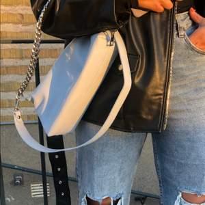 Ljusblå väskan från Bershka! Säljer för den ej kommit till användning. Man kan använda den som både en shoulder bag och en crossover bag!! 💙 frakt tillkommer på 63kr!