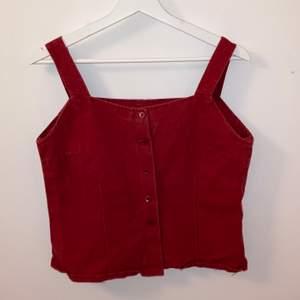 Säljer detta röda linne i jeanstyg! Köpt på humana men är nog hemsytt från början! Så fin och ordentligt gjord! Skulle säga att den är s/m💖 hör av er för fler frågor
