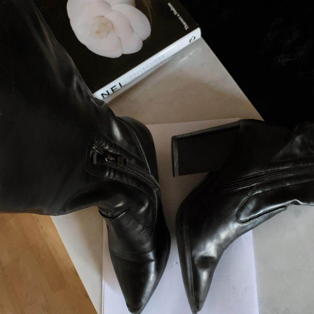 Lårhöga stövlar (strl 39) från NA-KD använda vid endast tillfälle (pyttelite nötta vid tån). Stövlarna har sidodragkedja. Sjukt snygga att stylea till en stickad klänning eller tajta jeans nu under hösten. Ordinarie pris 800:-, mitt pris 290:-  • Finns att hämta i Lund • Eventuell frakt betalas av köpare. Skor.