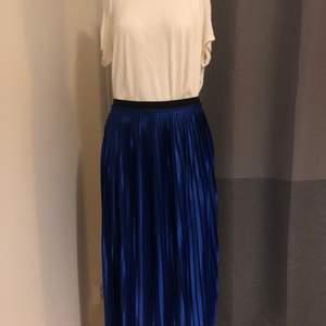 Blå plisserad kjol från By Marlene Birger i storlek M. Passar S-M. Oanvänd. Nypris 1500:-