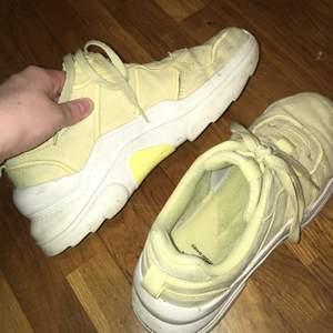 Ett par gula sneakers använda ca 10 gånger pga har för många 🙃