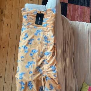 Säljer en jätte fin klänning som är gul med blåa blommor, lite sne skurning längst ner på klänningen. Storlek 36 på känningen och säljer pgr av att de inte är min stil. Köpt för 200kr säljer för 70 kronor. Buda gärna. Köparen står för frakten.❣️