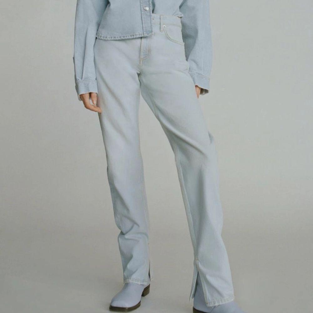 fina jeans med slits ifrån zara! säljes pga för små. finns en liten fläck på jeansen (se sista bilden i högra hörnet) därav de låga priset (kanske går att få bort, har inte testat!) köparen står för frakt 🦋📦 . Jeans & Byxor.