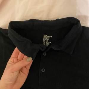 Helt vanlig svart polo från hm från mans avdelningen. Mjukt och stretchigt tyg.