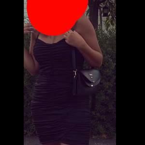 Svart krusad klänning