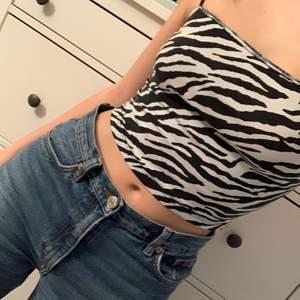 Croppat linne från Gina Tricot! Zebramönster. Tight på mig som har strl S. Synlig söm upptill då jag klippt bort ett extra lager tyg som var på insidan. Detta för att ge lite ~mer plats~. Cool detalj enligt mig!