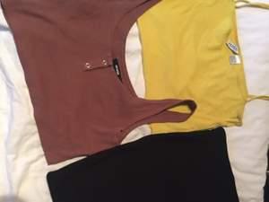 Två toppar och en kort svart tjock i bra skick kjolen är aldrig använd och topparna använd max 1 gång paket pris på allt