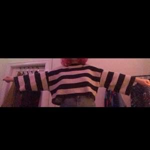Säljer denna stickade tröja från monki pga lite användning 💞 köptes för några år sedan men är använd ett fåtal gånger. Blir som en crop top för mig som är 160 men man kan fortfarande ha den innanför byxorna :) Den är inte jättevarm utan ganska luftig. Möts i Stockholm eller så betalar köparen för frakt ❤️