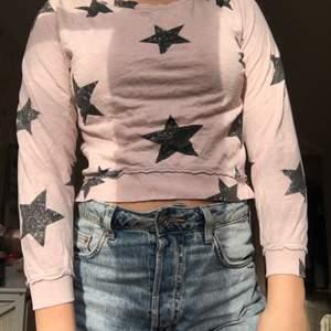 En fin tröja med stjärnor! Stjärnor ⭐️ 10-12 år men passar utmärkt som en croppad sweatshirt till mig som är 14 år  och 1,64 lång budgivning om fler är intresserade!