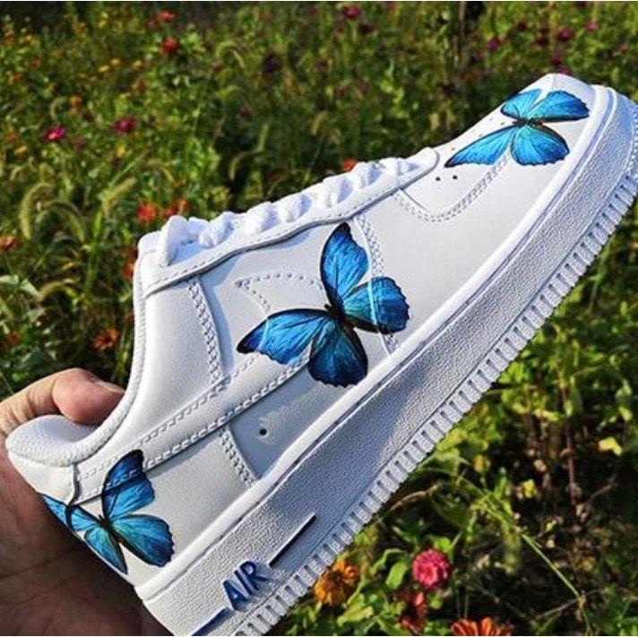(Strumpor ingår ej) Säljer helt nya låga Nike Air Forces med blåa fjärilar på som jag kommer att custumiza själv. Storlek 36,5 37,5 38 eller 38,5 (junior). Checka gärna in min instagram @customsbylisii. Skor.