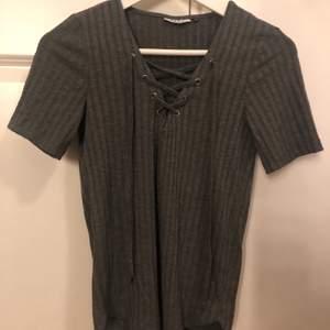 En fin t-shirts från Only använd ganska många gånger drf säljs tröjan ändast för 50 kr. Tröjan är mörk grå med snörning över brösten.