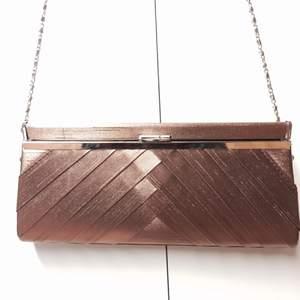 Riktigt elegant handväska som är oanvänd. Avtagbart axelband