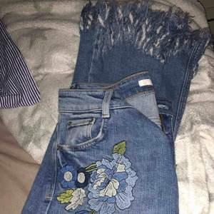 Zara jeans med snygga slitningar o broderier!