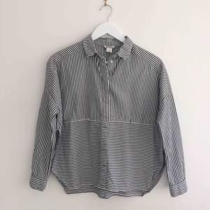 Grå/vit-randig skjorta med slitsar i sidorna. Från Monki, toppenskick! Frakt 33kr