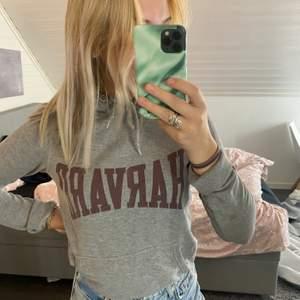 Säljer denna jätte mysiga och snygga Harvard hoodien. Den är i superfint skick. Säljer då den inte kommer till användning.                                                                                      📦                                                                                                        Säljer för 200 (frakt ingår)