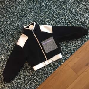 Har använt den för bara enstaka gång så den är  nästan nyskick!! Mjukis, comfy och passar med allt!!🤩✨ Säljer den eftersom jag har köpt en ny jacka och det kommer inte används längre🖤🖤🖤 Nypris:500kr köpte den som REA för 270kr!! Frakten tillkommer🥰