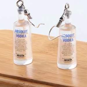 Vodka örhängen, kan reserveras och har bara 9 par total! Dem är i zinkoch dimensionerna är 10x30mm! Helt nya såklart! Paketeras i miljövänligt brev! 99kr för ett par inkluderad frakt☺️💕 FINNS INNE ATM!