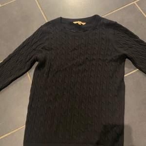 ribbad tröja i färgen svart, inga trådar eller fläckar eller något annat problem. aldrig använd bara provad