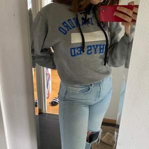 Superfin vintage college sweatshirt från beyond retro. Strl L/M så sitter lite oversized på de som är M och nedåt!