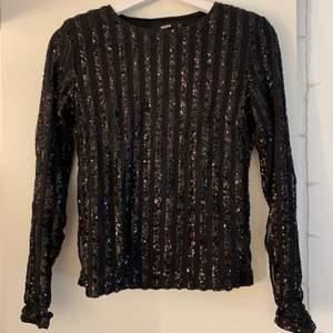 Svart glittrig tröja från Bik Bok i storlek S. Perfekt tröja till nyår!!🎉🎉 60kr+frakt