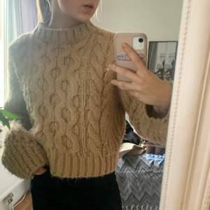 Denna SUUUUPER mysiga, fina beigea tröjan ifrån Gina tricot säljer då jag inte rikigt haft användning för den, den är i väldigt fint skick och är i storlek S, frakt tillkommer💜