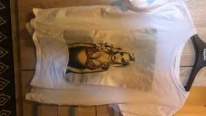 Säljer min Kylie jenner tröja då den ej kommer till användning :)