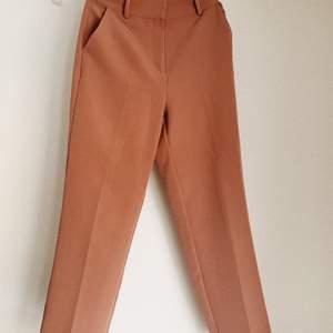 Jättesnygga kostymbyxor från NAKD. Säljer pga att de är lite för små 😞 Har färgen gammelrosa som kanske inte riktigt kommer fram på bilderna. Frakt inräknat i priset 🌻 Oanvända!