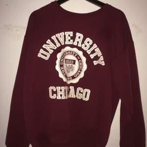Vintage college sweater från Chicago university. Original och i superbra skick. Strl S/M lite oversized fit. Inga defekter. Vinröd färg.