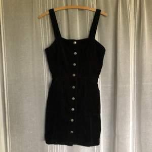 Superfin klänning som kan knäppas upp hela vägen. Köparen står för frakt.