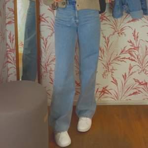 Säljer min knappt använda vida jeans, prislappen sitter fortfarande kvar