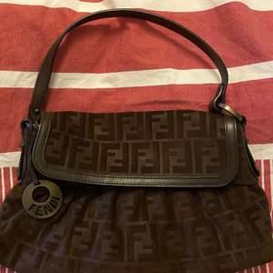 En vintage fendi väska, köpt förra hösten, orginal pris : 4 470kr. Använd max 5 gånger. Den kallas Zucca Suede Chef Shoulder Bag & denna specifika väska är unik & går ej att hitta fler exemplar🌸🌸🌸Buda på tjejor!!!