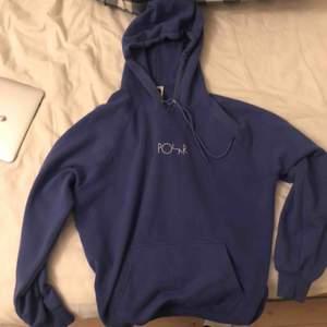Lila hoodie från Polar i small. Den är ett år gammal men skulle säga att det är hyfsat nyskick. Nypriset är 900kr