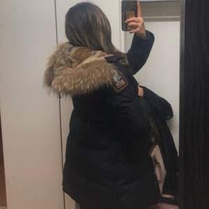 """Parajumper vinterjacka i modellen """"longbear"""". Jackan är i storlek S men passar även XS och M beroende på hur man vill att passformen ska vara. Kan mötas upp i Göteborg men kan även frakta. Pris kan diskuteras vid snabb affär. VET EJ OM DEN ÄR ÄKTA ELLER KOPIA DÅ JAG SJÄLV KÖPTE DEN BEGANGNAT!!"""