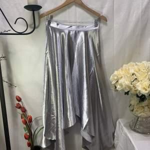 Jättefin kjol från H&M i silver! Perfekt till jul eller nyår! 🤩🌟 storkek S men sitter mer som en XS. Den är lite nopprig precis uppe vid midjan (se bild 3) därav det låga priset🌟