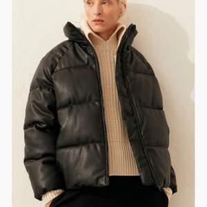 Säljer en skinn pufferjacket från h&m i storlek L/M. Jag skulle säga att den sitter som en medium. Den är i bra skick och väldigt fin! Säljer för 300kr eller högsta bud.