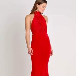 Säljer min helt oanvända röda långklänning. Den är perfekt till julen och som balklänning. Den kommer ifrån Club London L och är i storlek 36 men passar både en större och en mindre storlek beroende på önskad passform.(kan skicka fler bilder på klänningen vid intresse) Köparen står för frakten