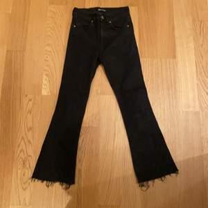 Snygga svarta utvsängda bootcut jeans från Zara🤩  Storlek 34, skulle säga att det är lite mindre i storleken. Jag har använt de ca 5 gånger alltså är det nästan i nytt skick. Frakt ingår😊