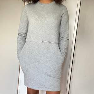 Stora fickor, gaska varm, bra höst eller sommarkvälls klänning, dragkedja på ena sidan som går att öppna, stl S men passar mig jättebra som är en stl 38