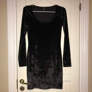 Svart sammetsklänning perfekt för jul och nyår! Använd en gång.