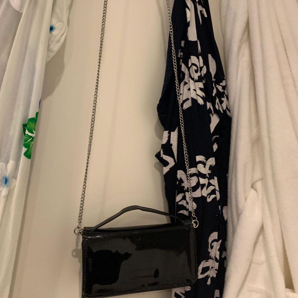 Snygg liten väska från Carin Wester. Den är inte jätterymlig men man får plats med det viktigaste. Väskor.