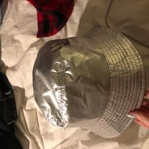 Bucket-hat från Justine Skye x H&M kollektionen. Jätte snygg hat som man kan har på fest🥳 Endast använd en gång och är därmed i ett gott skick. Kontakta mig om du är intresserad 💗
