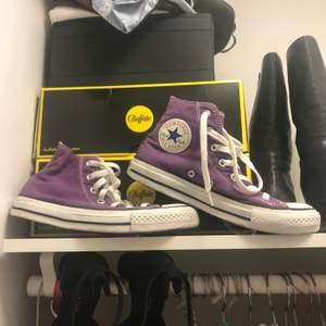 lila converse st37.5 säljer pga använder ej o behöver pengar, köpare står för frakt!!!! Buda X+ frakt! BUDGIVNINGEN AVSLUTAS 10.00 17/12
