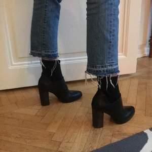 Säljer dessa as snygga svarta högklackade novita skor!! Passar as bra till jeans. Toppkvalitet. Har använts de någon gång inomhus. (Nästan helt oanvända). Storlek 38!💫💕ordinare pris: 1900kr. Säljer för 229kr eller högstbjudande.