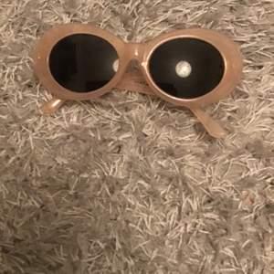 Jätte fina solglasögon! Dom är trendiga, fina, och coola, älskar dom men använder aldrig så säljer, snälla köp, köparen står för frakt.