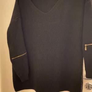 Säljer dessa tre olika stickade tröjor.🖤💜