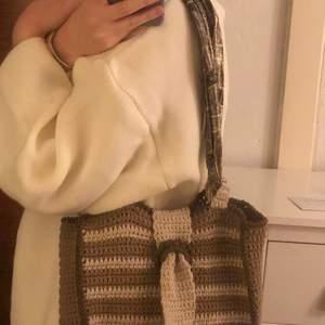 Jag har bytt bandet till en scarf istället för tyckte det var snyggare:)